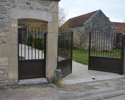 Menuiserie Gruet - Coulmier-le-Sec - Portail battant aluminium motorisé et clôture barreaux aluminium
