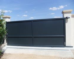 Menuiserie Gruet - Etrochey - Portail aluminium coulissant motorisé et portillon battant aluminium