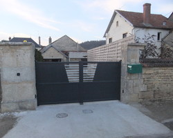 Menuiserie Gruet - Mosson - Portail aluminium battant motorisé 2 vantaux